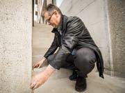 Urs Hähni, Fachberater Hindernisfreies Bauen bei Pro Infirmis, vermisst die Treppenstufe. (Bild: Reto Martin)