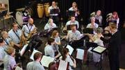 Die Musikgesellschaft Aadorf spielt unter der Leitung von Tina Egger. (Bild: Christoph Heer)