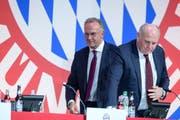 Düstere Stimmung bei den Bayern: Karl-Heinz Rummenigge (links) und Uli Hoeness. (Bild: Matthias Balk/Keystone (München, 30. November 2018))