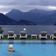 Das Gewitter kommt - wenn man den Wetterprognosen Glauben schenkt. Die Aussicht vom Pool des Hotels Beau Rivage in Weggis wird wegen ein paar Wolken aber nicht weniger schön. (Archivbild: Esther Michel)