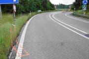 Hätte ohne weiteres schlimmer ausgehen können: Auf der Autobahnausfahrt nach Abtwil geriet der eingenickte Lenker mit seinem Auto von der Fahrbahn, rammte ein Verkehrssignal und landete im begrünten Strassengraben. (Bild: Kantonspolizei St.Gallen - 20. Juni 2019)