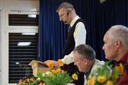 Gemeindepräsident Ivan Knobel (stehend) konnte an der Gemeindeversammlung positive Zahlen präsentieren. (Bild: Gianni Amstutz)