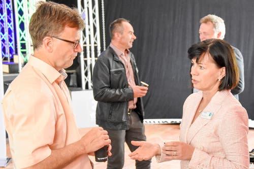 Kantonsratspräsidentin Imelda Stadler im Gespräch mit Armin Brülisauer von der Kantonalbank St. Gallen, Wattwil. (Bild: Urs M. Hemm)
