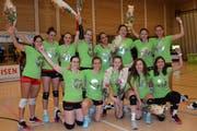 Die Spielerinnen freuen sich mit dem Aufstiegsleibchen und Blumen auf die Nationalliga A. (Bild: Beat Lanzendorfer)