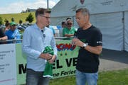 Matthias Hüppi (rechts) im Gespräch mit Danny Lüthi anlässlich des Testspiels FC Bazenheid - FC St.Gallen im Juni 2018. (Bild: Beat Lanzendorfer)