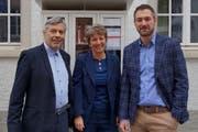Ferdinand Riederer, abtretender Co-Präsident, übergibt an Jörg Tanner, Gemeindepräsident Sargans, der neu das Co-Präsidium mit Katrin Meier, Leiterin Amt für Kultur, führt. (Bild: PD)