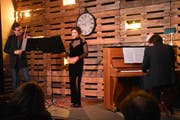 Das noch namenlose Trio: Daniel Fritschi (Violine), Simone Arnold (Mezzosopran) und Marius Roth (Klavier). (Bild: Monika Wick)