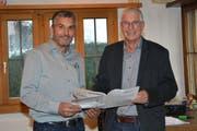 Christoph Häne, Präsident des Verwaltungsrates (rechts), und René Rüttimann, Betriebsleiter, diskutieren über die Jahresrechnung. (Bild: Beat Lanzendorfer)