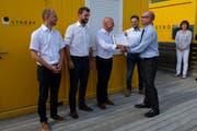 Robert Witte (re.), Energie Schweiz, übergibt Projektleiter Daniel Hofstetter (mi.) von der Firma Strüby das erste Minergie-A-Eco-Zertifikat im Kanton Nidwalden. (Bild: Richard Greuter (Ennetbürgen, 24. Mai 2018))