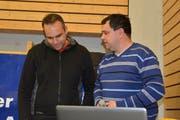 Boris Kukolj (links) und Ruedi Artho sind zwei von vielen, die es für die Organisation des Radball-Grümpis benötigt. (Bild: Beat Lanzendorfer)