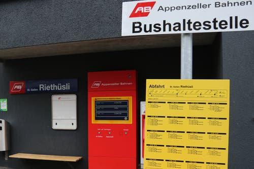Die Haltestelle der Appenzeller Bahnen wird noch bis Anfang Oktober vom Bahnersatzbus bedient. Mit Inbetriebnahme des Ruckhaldetunnels verschwindet sie und wird von einer neuen Haltestelle gleich unterhalb der Busendstation Riethüsli neben dem gewerblichen Berufsschulzentrum ersetzt. (Bild: Reto Voneschen)
