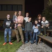 Die Familie Germann aus dem Luzerner Rottal. Von links: Gian (12), Iwan Germann (42), Lewin (16), Sina (3), Eveline Germann (42), Maik (7), Nico (15) und Tim (9). (Bild: Dominik Wunderli, 15. November 2018)