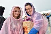 Tina und Melina macht der Regen nichts aus. (Bild: Mario Testa)