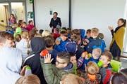 Schulleiter Renato Winteler erklärt den Kindern die neue Plakette an der Wand. Diese freuen sich über die Auszeichnung. (Bild: Mario Testa)