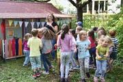 Die Kinder tanzen und singen zur Eröffnung ihres neuen Zwergenparadieses im Familienzentrum Weinfelden (Bild: Mario Testa)