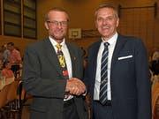Der abtretende Gemeindepräsident Peter Scheuber (links) mit Nachfolger Stefan von Holzen.