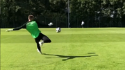 Grosses Ballgefühl: Jonathan Klinsmann beim Training. (Screenshot: Instagram)