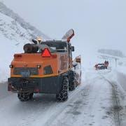 Ein Schneeräumfahrzeug befreit die Furkastrasse. (Bild: Kantonspolizei Uri, 13. Januar 2019)