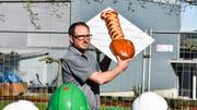 Andreas Eggenberger, Gemeinderat und Präsident der Baukommission, präsentiert eine kreative Verpflegung: den Brot-Spaten.