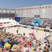 Eine Visulalisierung: Aussenansicht der geplanten Sandsporthalle während einer Veranstaltung. (Bild: PD)