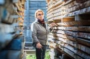Isolde Ott, Chefin der Hanhart Sägerei in Diessenhofen, bedient mit 80 Jahren immer noch den Krahn. (Bild: Andrea Stalder)