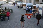 Am Mittwochmorgen auf dem neu gegliederten Markt. Die Stände des nichtständigen Marktes stehen auf den ehemaligen Parkplätze vor der Bank Acrevis und dem Restaurant Marktplatz. (Bild: Reto Voneschen - 3. April 2019)