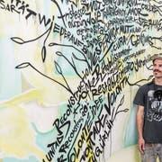 Adrian Gander vor einem seiner typografischen Experimente. (Bild: PD)