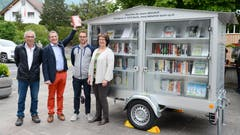 2. Mai: Der neue Bücherwagen der Bibliothek Buchs wird vor dem Sennwalder Rathaus in Frümsen eingeweiht. Die mobile Mini-Bibliothek fährt durch alle Werdenberger Gemeinden. (Bild: Hansruedi Rohrer)