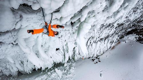 """Dani Arnold gab der neuen Route den Namen """"Power Shrimps"""", weil die Eiszapfen in dieser Grotte verdreht sind, Stacheln haben und krumm wie Shrimps sind. (Bild: Thomas Senf/Mammut)"""