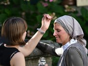 Theaterschneiderin Maude Vuilleumier beträufelt Yvonne Gossweiler mit etwas Wasser (Bild: Manuel Nagel)