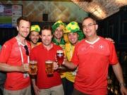 Sie trinken Bier in Rostow vor dem Match gegen Brasilien: die Thurgauer Kantonsräte Pascal Schmid, Didi Feuerle und Urs Martin. (Bild: Manuel Nagel)