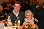 Claudio Imhof darf von Gemeindepräsidentin Priska Rechsteiner einen Geschenkkorb und Blumen entgegennehmen. (Bild: Manuel Nagel)