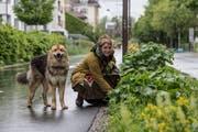 Melanie Küpfer führt Interessierte bei einem Kräuterspaziergang durch die Luzerner Innenstadt. Hier ist sie mit ihrem Hund Balu zu sehen. (Bild: Nadia Schärli, Luzern, 20. Mai 2019)
