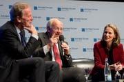 Der ehemalige österreichische Vizekanzler Reinhold Mitterlehner (links), Bundesrat Johann Schneider-Ammann (Mitte) und Moderatorin Katja Gentinetta am Montagabend am Europa-Forum im KKL Luzern. (Bild: Nadia Schärli (12. November 2018))
