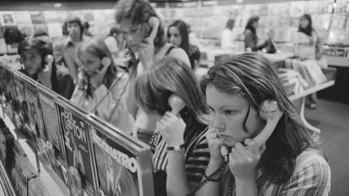Neue Musik hörte man sich früher noch im Warenhaus an, so wie hier in der Plattenbar im Globus in Zürich. (Bild: ETH-Bibliothek Zürich, 1974)