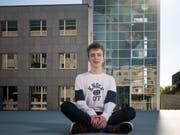 Maximilian Janisch auf dem Campus Irchel der Uni Zürich. Im Hintergrund ist das Gebäude Y27 zu sehen, in dem Mathematik unterrichtet wird. (Bild: Roger Grütter (Zürich, 4. Oktober 2018))