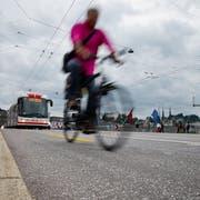 Schon kurz nach der letzten Erneuerung wies der Strassenbelag der Luzerner Seebrücke Unebenheiten auf. (Bild: Philipp Schmidli, 7. Juli 2014)
