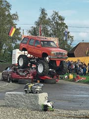 Ein Monstertruck zermalmt Autos an einer Show ins Sins im Herbst 2017. (Bild: PD/Manuela Gisler)