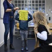 Buben als Verlierer: Die Schule ist besser auf Mädchen zugeschnitten. (Bild:KEYSTONE/Christian Beutler)