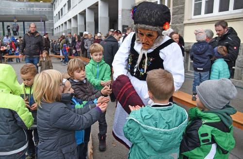Die braven Kinder beschenkt das Wildwyyb mit Nüssli und Guetzli.