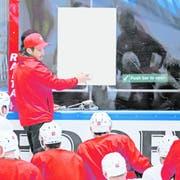 Patrick Fischer, Trainer der Schweizer Eishockey-Nationalmannschaft, bespricht sich mit seinen Spielern.