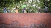 Zaungäste des Stadtlaufs auf der Mauer des Staatsarchivs.