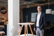 Matthias Baumann am Hauptsitz in Suhr inmitten von Atelier-Pfister-Exponaten. Das Unternehmen fördert Schweizer Jungdesigner, welche internationale Präsenz erreichen. Bild: Roger Grütter (28.Juli 2018)