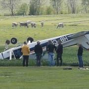 Das Flugzeug hat sich bei der Landung überschlagen. (Bild: Leser Tobias von Allmen, Beromünster, 14. Mai 2019)