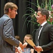 Der Obwaldner Bildungs- und Kulturdirektor Christian Schäli (rechts) gratuliert einem frischgebackenen Berufsmann. (Bild: André A.Niederberger (Stans, 6.Juli 2018))