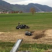 Das Auto liegt im Wiesland. (Bild: Giulia Jung/ Radio Pilatus)