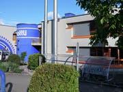 Die beiden Kaminrohre der Holzschnitzelheizung des Wärmeverbunds Sachseln beim Mattli-Schulhaus. (Bild: Romano Cuonz (24.Mai 2018))
