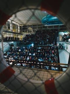 Gemäss der Tradition stiessen alle Finalteilnehmer mit dem Sieger-Whisky an und feierten noch lange weiter. Die nächsten Schweizer Meisterschaften im Poetry Slam werden 2020 in Basel stattfinden. (Bilder: Christian Felber)