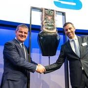 Stadler-Hauptaktionär und -Verwaltungsratspräsident Peter Spuhler (links) mit Daniel Schmucki, Finanzchef der Schweizer Börse, am Freitag beim Börsengang des Schienefahrzeugbauers Stadler in Zürich. (Bild: PD (12. April 2019))