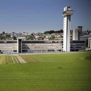 Die Gebäude der Firma Schindler in Ebikon samt dem markanten Testturm. (Bild Pius Amrein, 31. August 2009)